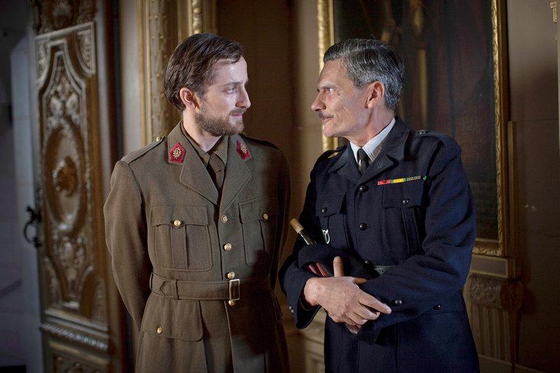 Der junge Arzt (Pierre Hancisse, li.) und Joseph Darnand (Bernard Blancan, re.) (Spielszene) – Bild: ARTE France / © Victor Moati
