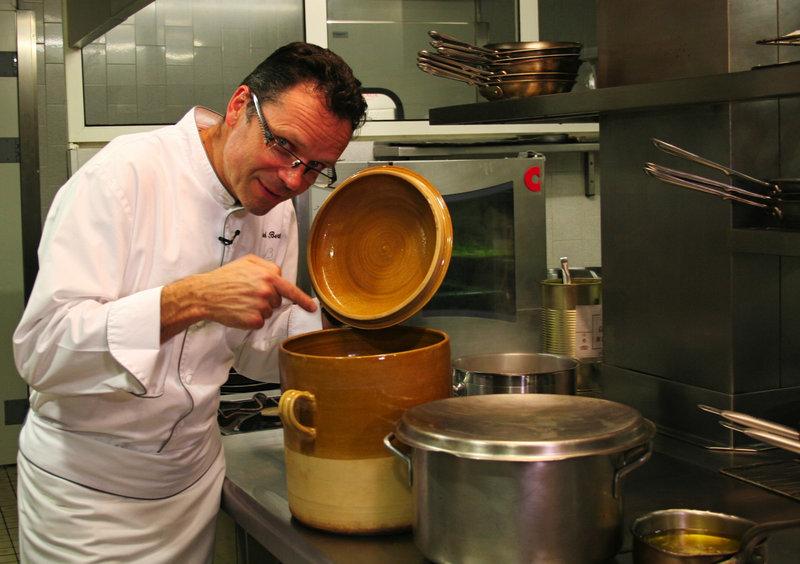Küchenchef Patrick Bertron hat sich der Herausforderung gestellt, ein authentisches gallisches Bankett-Menü zusammenzustellen. – Bild: ARTE France