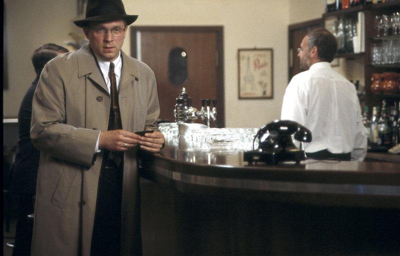 Lockende Versuchung: Alexander Brandenburg (Ulrich Tukur, l.) erhält den Hotelzimmerschlüssel seiner mysteriösen neuen Bekannten. – Bild: ZDF und C. Schroeder