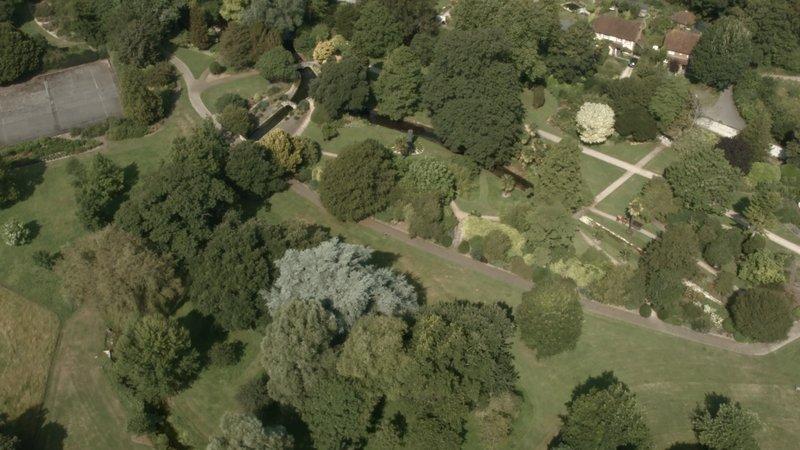 """Im """"Arundel Castle Garden"""" ist Christine erstaunt, dass sich ein einstiger Parkplatz mittlerweile in einen italienischen Prachtgarten verwandelt hat und erfährt dort, welche Rolle die alten Römer beim britischen Gartenbau gespielt haben. – Bild: Sky"""