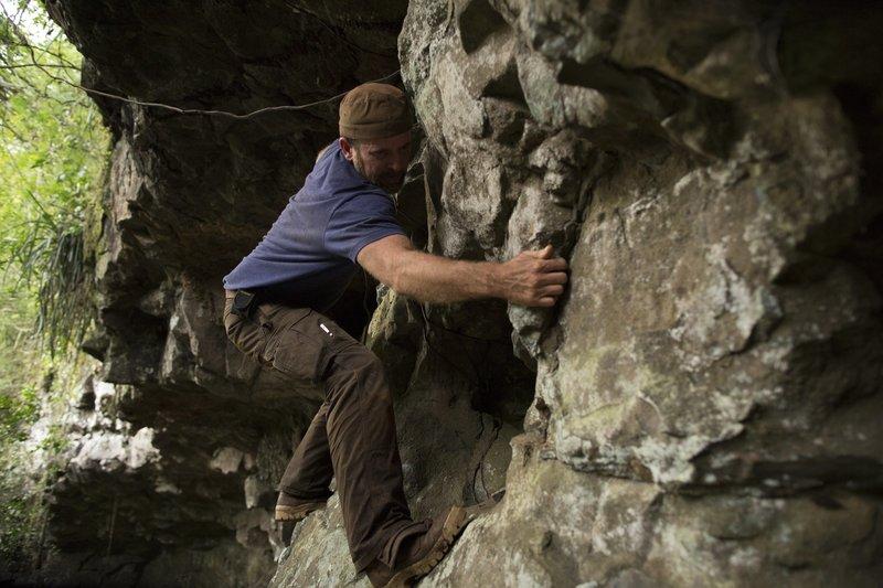 Jeremy Whalen climbs along a rock face. – Bild: Discovery Channel