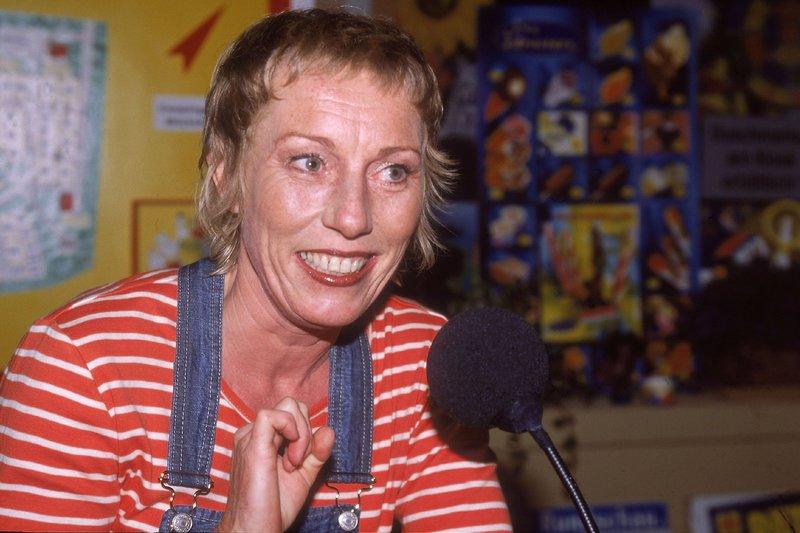 Uschi (Antje Lewald), die eigentlich wollte, dass das Camping Radio abgestellt wird, sitzt nun selbst am Mikro... – Bild: TVNOW / Frank Dicks