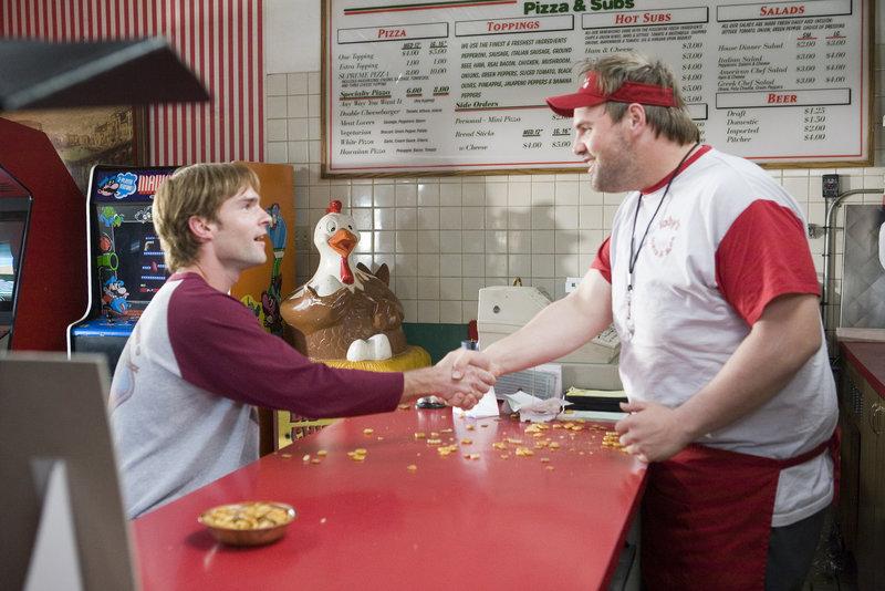 John Farley (Seann William Scott, l.) trifft auf seinen alten Schulkameraden Nedderman (Ethan Suplee, r.). – Bild: ZDF und Tracy Bennett
