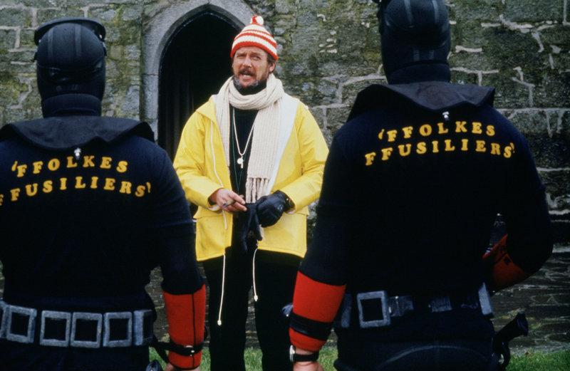 Die Spezialeinheit unter der Leitung von Rufus Excalibur Ffolkes (Roger Moore, M.) soll einen Gangster, der die britische Regierung um eine gigantische Lösegeldforderung erpresst, unschädlich machen. Kein leichtes Unterfangen ... – Bild: 2002 Universal Television Distribution Lizenzbild frei