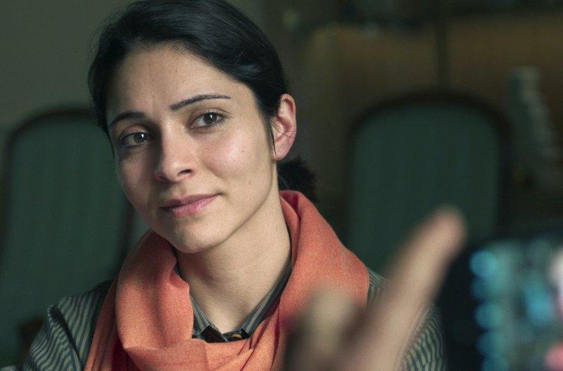 Über eine Heiratsvermittlung sucht Mina (Pegah Ferydoni) nach einem geeigneten Mann für sich. – Bild: arte