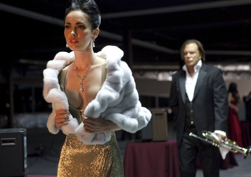 Nate (Mickey Rourke) möchte, dass Lily (Megan Fox) mit ihm kommt. – Bild: rbb/Degeto/Annapurna Productions