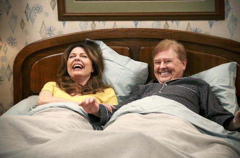 Joy Scroggs (Jane Leeves, l) und Bob (Dave Foley, r) – Bild: WDR/2011 Viacom International Inc./Michael Becker