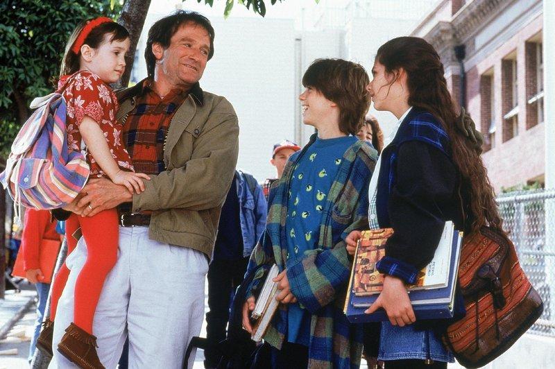 Vor Gericht bekommt Daniel (Robin Williams, 2. v. l.) das Sorgerecht aberkannt. Um seine Kinder Natalie (Mara Wilson, l.), Christopher (Matthew Lawrence, 2. v. r.) und Lydia (Lisa Jakub) dennoch sehen zu dürfen, muss er sich etwas einfallen lassen. – Bild: Super RTL