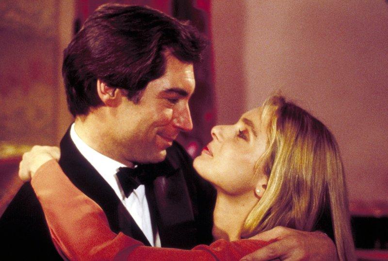 James Bond (Timothy Dalton, l.) hat auch eine Lizenz zum Turteln, mit der hübschen Kara Milovy (Maryam D'Abo, r.) ... – Bild: TVNOW / © 1987 Danjaq