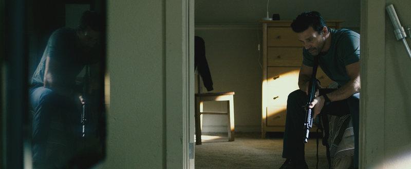 Sergeant Leo Barnes (Frank Grillo) bereitet sich auf die Säuberung vor, denn in diesem Jahr will er sich nicht verstecken, sondern den Tod seines Sohnes rächen. Doch was ihn auf den Straßen in der Purge Nacht erwartet, damit hätte er nicht gerechnet ... – Bild: Puls 4