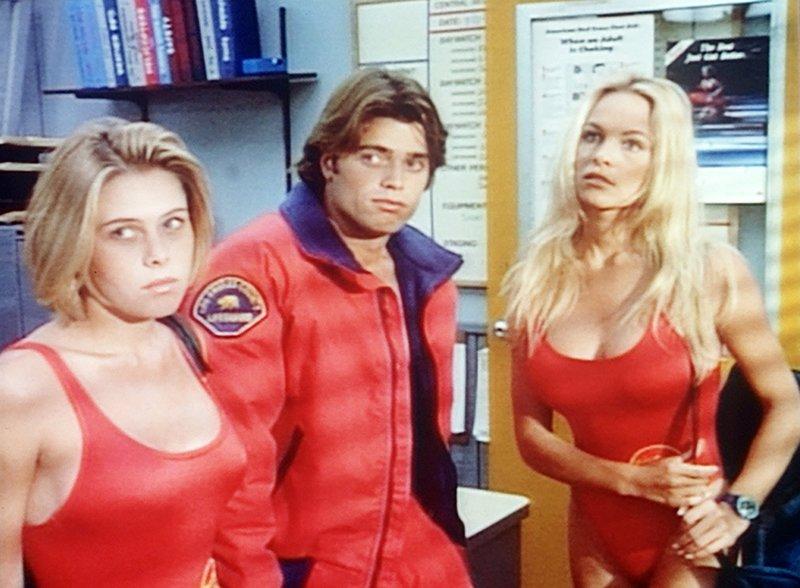 Summer Quinn (Nicole Eggert, l.), Matt Brody (David Charvet), Casey Jean 'C.J.' (Pamela Anderson) – Bild: RTL Nitro