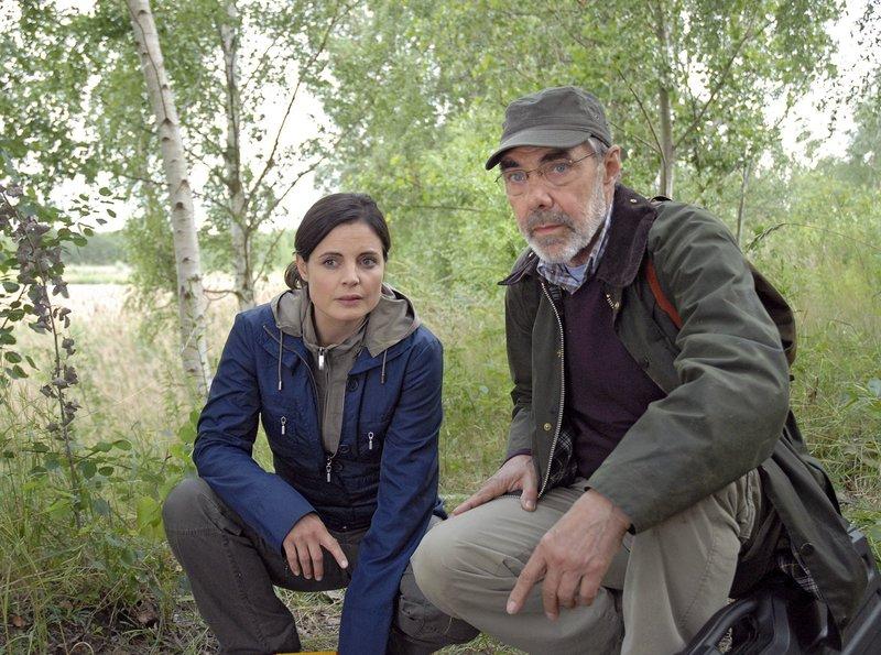 Susanne (Elisabeth Lanz, l.) und ihr Vater Georg Baumgart (Gunter Schoß, r.) haben die verletzte Wölfin gefunden. – Bild: MDR/ARD/Christa Köfer
