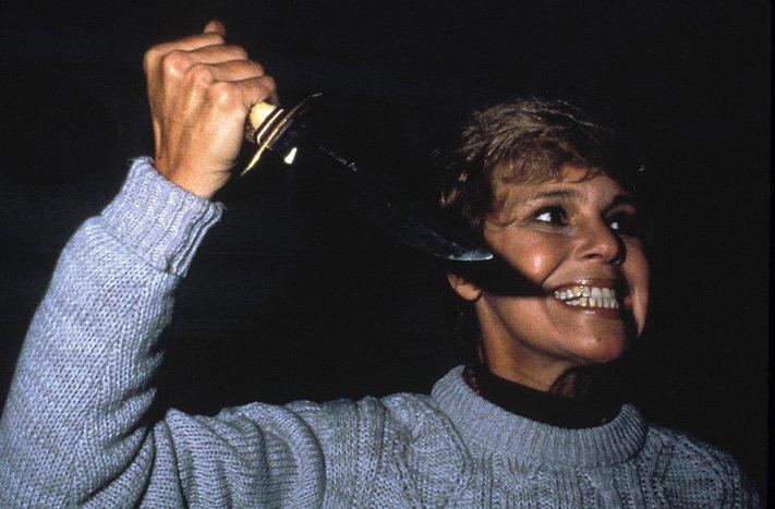 Mrs. Voorhees (Betsy Palmer) hält den todbringenden Dolch bedrohlich in die Höhe. Macht sie sich zur nächsten Attacke bereit oder ist auch sie auf der Flucht vor dem gefürchteten Mörder? – Bild: ARTE France / © Warner Bros.