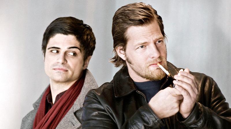 Von links nach rechts: Andreas Kringge (Maximilian Grill) und Mick Brisgau (Henning Baum). – Bild: ORF/Sevenone International/Martin Rottenkolber
