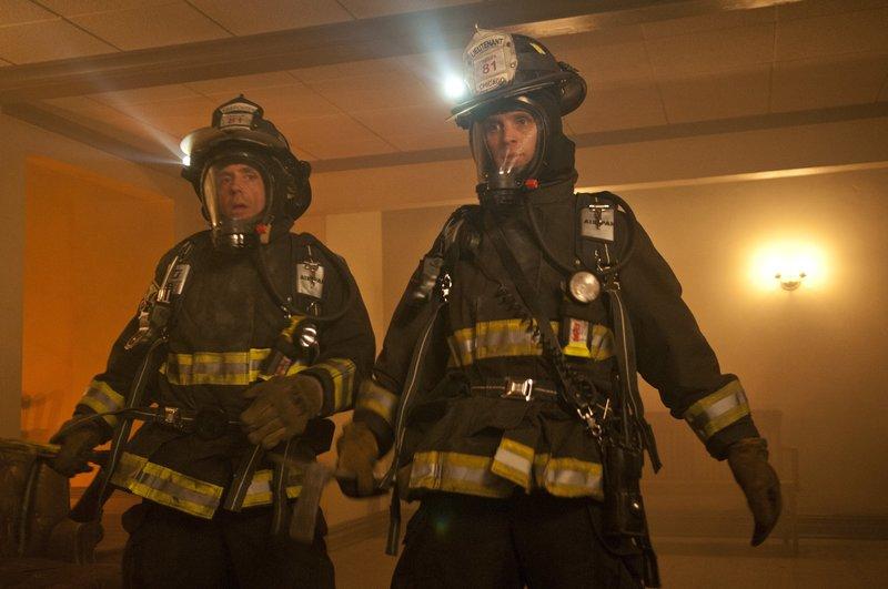 """CHICAGO FIRE -- """"Pilot"""" -- Pictured: (l-r) David Eigenberg as Christopher Herrmann, Jesse Spencer as Matthew Casey -- (Photo by: Matt Dinerstein/NBC) – Bild: Universal TV"""