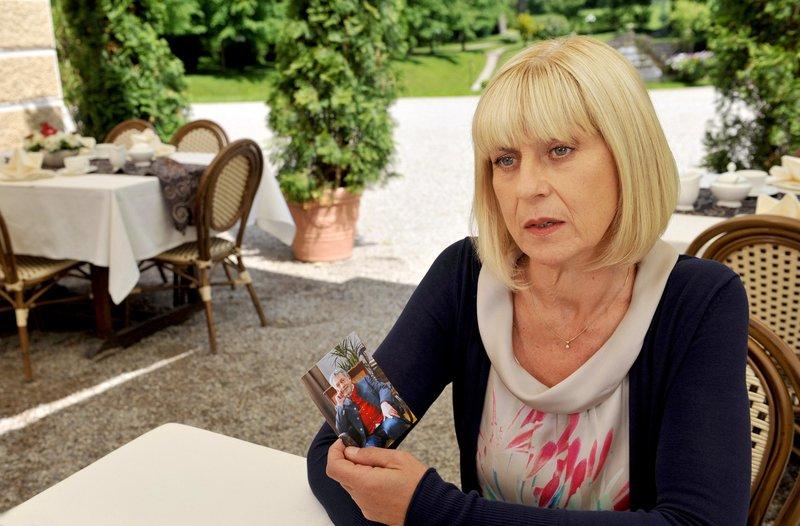 Charlotte (Mona Seefried) ist noch nicht bereit für eine neue Beziehung - sie kann Julius nicht vergessen. – Bild: ORF 2