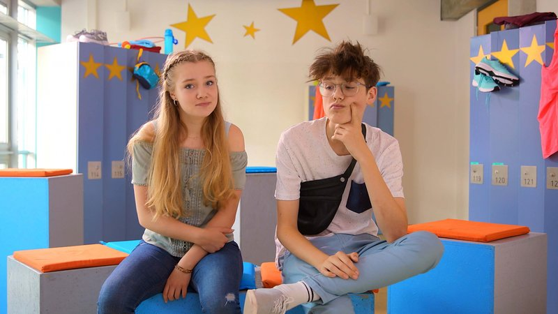 L-R: Greta (Chiara Tews), Tim (Moritz Schirdewahn) – Bild: Nickelodeon