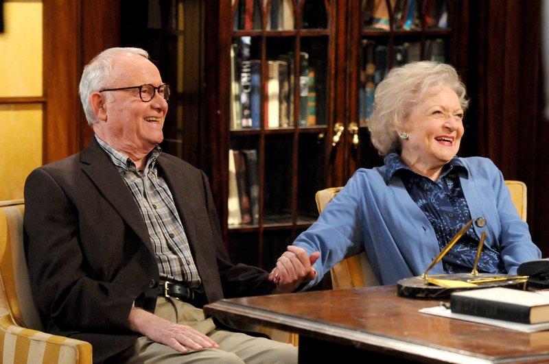 Buck Henry (Fred), Betty White (Elka Ostrovsky). – Bild: One