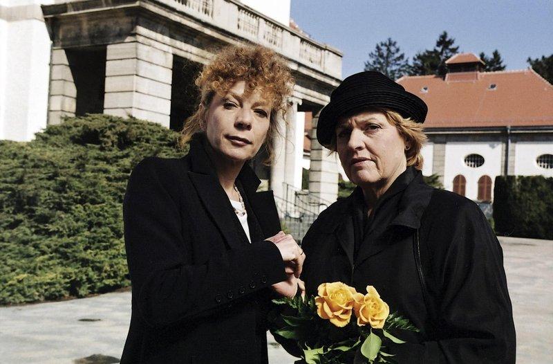 """Ein Fall für zwei """"Ein eiskaltes Geschäft"""". Im Bild: Auf dem Friedhof trifft Sekretärin Helga (Renate Kohn, re.) zufällig ihre Schulfreundin Cordula Detmers (Nina Hoger), die als Bestatterin die Beerdigung von Helgas Tante ausgerichtet hat. Noch ahnen die beiden Frauen nichts von dem schockierenden Zwischenfall, der sich kurze Zeit später am Grab ereignen wird. – Bild: ZDF"""
