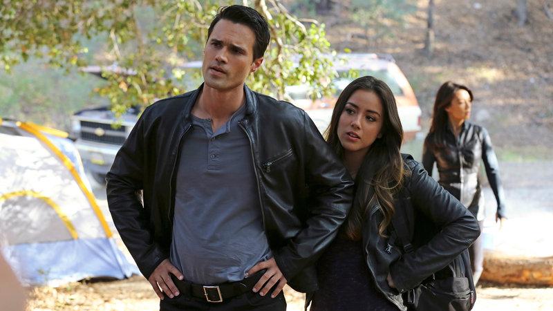 Ward (Brett Dalton), Skye (Chloe Bennet) und May (Ming-Na Wen, hinten) werden mit einem merkwürdigen Vorfall konfrontiert.. – Bild: RTL II