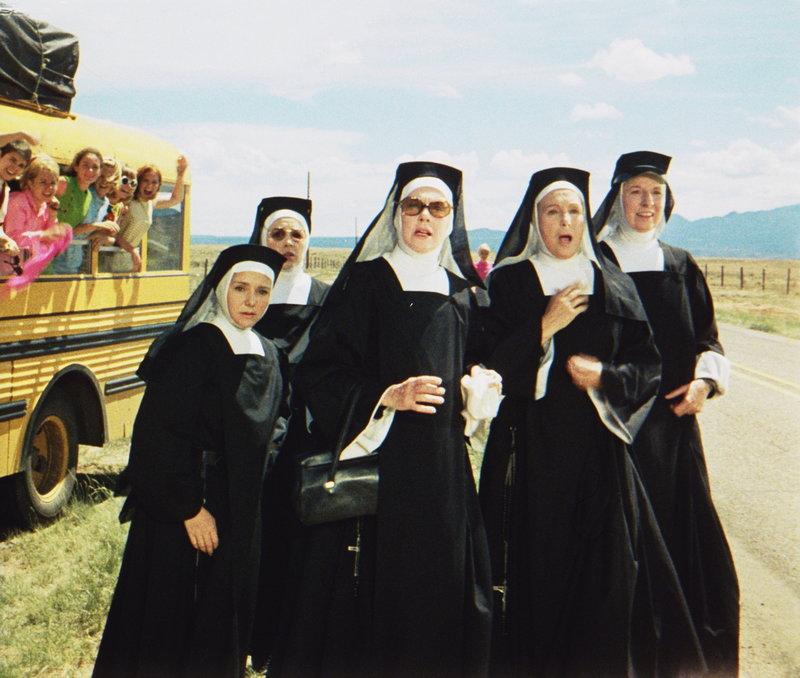 Eine Gruppe von Nonnen will mit ein paar jungen Klosterschülerinnen nach Santa Barbara fahren. Doch der Road Trip erweist sich schwieriger als geglaubt ... – Bild: Paramount Pictures Lizenzbild frei