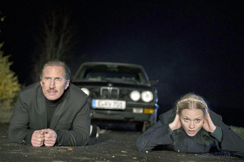 Koralnik (Benno Fürmann) und Rosa (Mavie Hörbiger) sind in Schwierigkeiten. – Bild: ZDF / © ZDF/Martin Menke