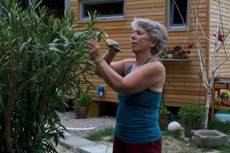 Susanna (65) setzt auf einen minimalistischen Lebensstil. Sie ist vor kurzem aus einem großen Haus in ein Tiny House umgezogen. – Bild: ZDF und Florian Freu.