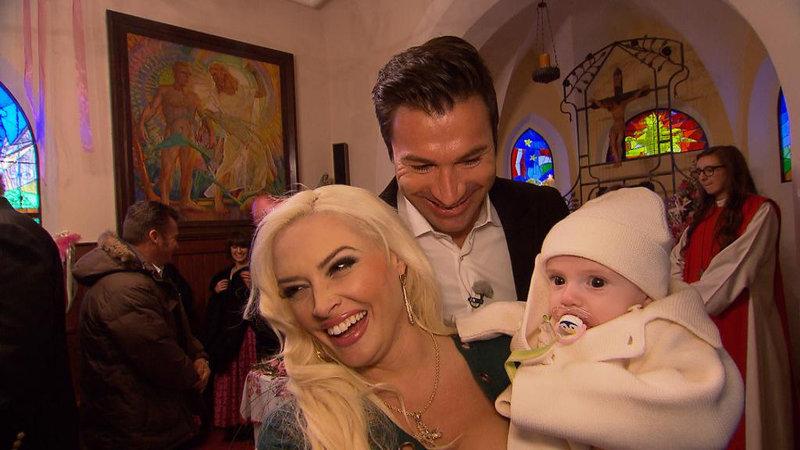 Daniela und Lucas mit Sophia in der Kirche – Bild: RTL II