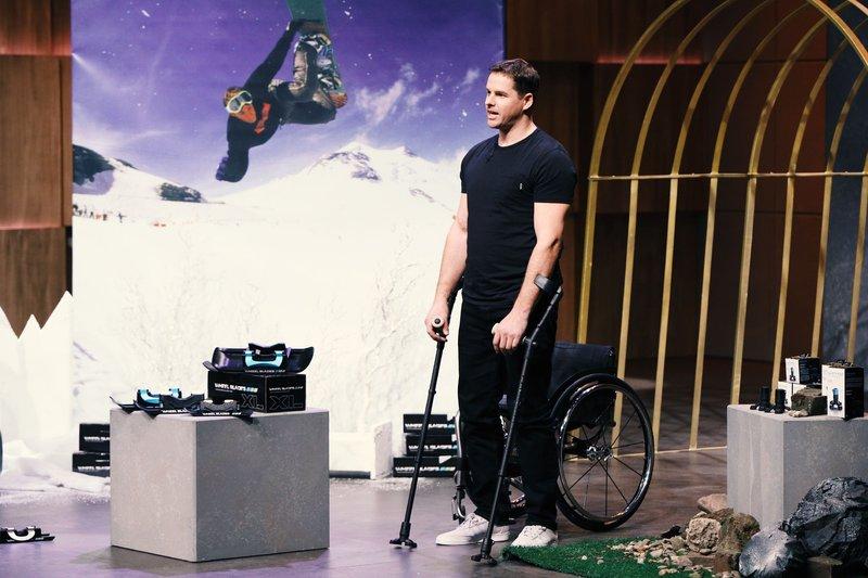 """Patrick Mayer aus Maienfeld in der Schweiz präsentiert mit """"Wheelblades"""" Outdoor-Hilfsmittel für Gehbehinderte. Er erhofft sich ein Investment von 100.000 Euro für 10 Prozent der Anteile an seinem Unternehmen. – Bild: TVNOW / Frank W. Hempel"""