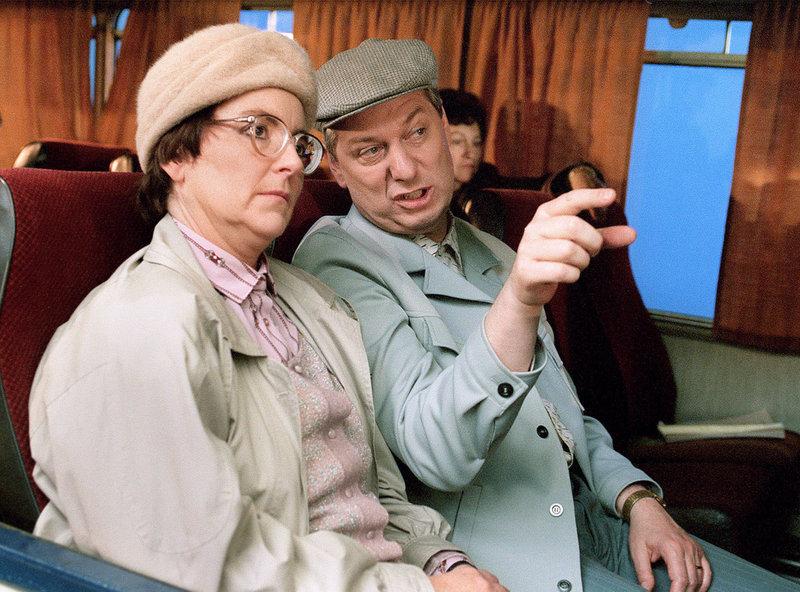 Wenn Heinz (Gerd Dudenhöffer) und Hilde (Alice Hoffmann) im Bus nach Lourdes fahren wird die Reise für die Mitreisenden zur echten Anstrengung. – Bild: SWR/WDR/Hajo Hohl