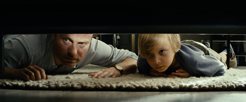 Sebastian (Mark Waschke, links) sucht mit seinem Sohn Nick (Nicolas Treichel) den Hamster. – Bild: BR/WDR/X-Verleih/Anke Neugebauer / WDR/X-Verleih/Anke Neugebauer