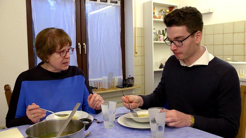 Oma Erika Staiber und ihr Enkel Niklas Dangelmaier beim Essen, das Niklas nachgekocht hat. – Bild: SWR