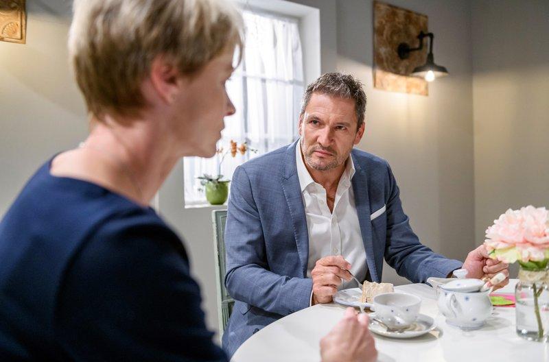 """Christoph (Dieter Bach, r.) macht Linda (Julia Grimpe, l.) deutlich, dass der """"Engel"""" sein Geld verschenkt. – Bild: ARD/Christof Arnold"""