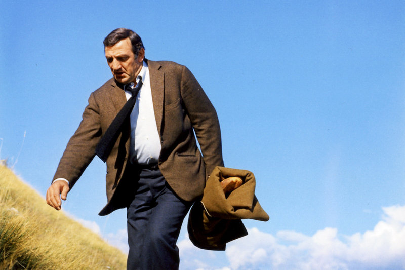 Clément Tibère (Lino Ventura) flieht vor dem KGB in die Berge. – Bild: ARTE France / © Gaumont