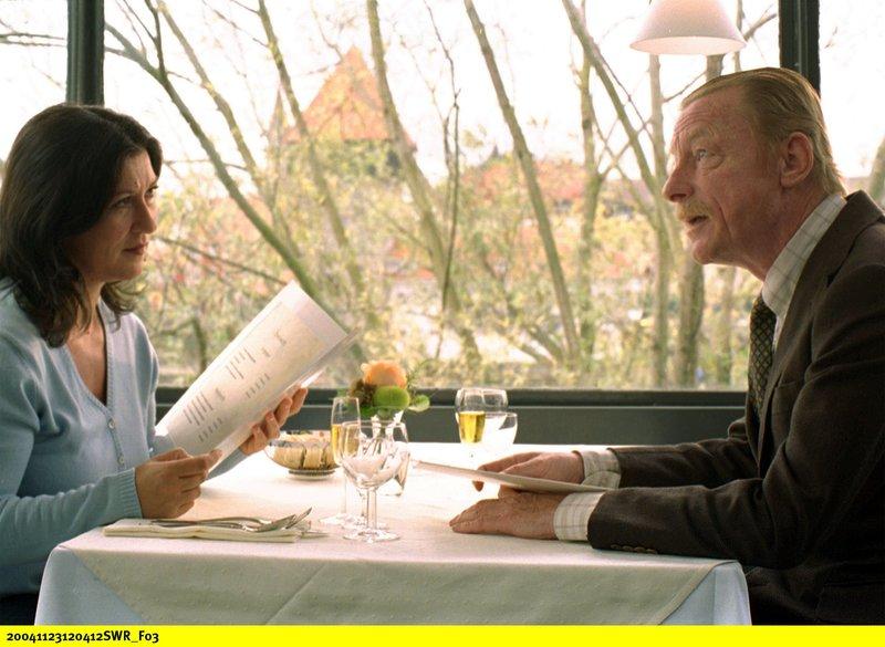 Otto Androsch (Otto Sander) hat in der Mordnacht wichtige Beobachtungen gemacht. Aber bevor er seine Aussage macht, lässt er sich von Klara (Eva Mattes) mit einem feinen Essen bestechen. – Bild: SWR/Hollenbach