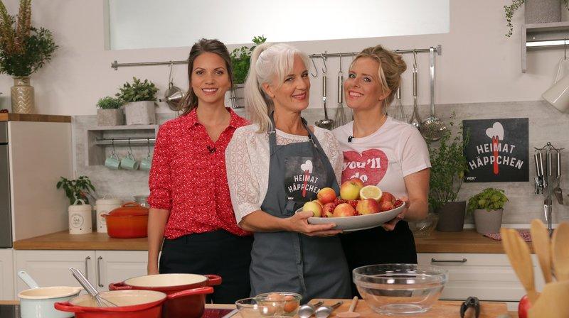 Äpfel, Pflaumen, Beeren - zur Saison können wir uns über eine große Auswahl an leckerem und gesundem Obst aus der Region freuen. So wundert es nicht, dass es viele traditionsreiche Rezepte mit heimischen Früchten gibt. v.l.n.r.: Claudia Lodorf, Anja Tanas, Johanna Meier informieren und zeigen Rezepte mit Obst. – Bild: WDR/2Bild TV.Events & Media