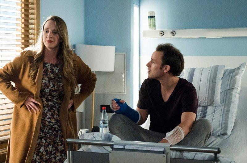 Kerstin Schmidt (Carolin Hartmann, l.) konfrontiert ihren Mann Michael (Michael F. Schumacher, r.) mit ihrem Verdacht. – Bild: ARD/Jens Ulrich Koch