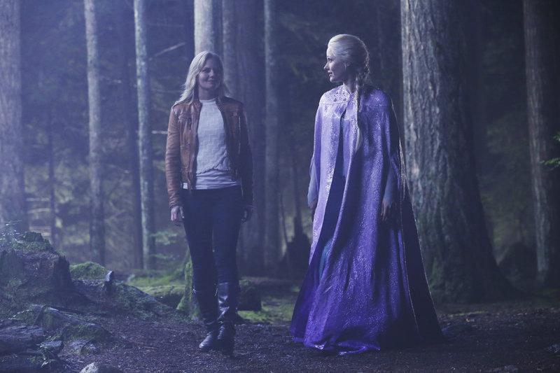 Emma Swan (Jennifer Morrison, l.) und Elsa (Georgina Haig) – Bild: MG RTL D / © 2014 American Broadcasting Companies, Inc. All rights reserved