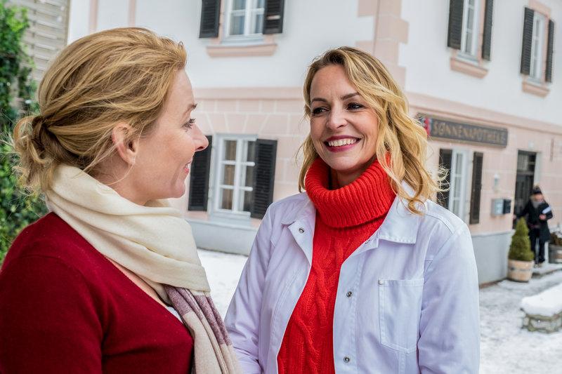 L-R: Durch Susanne (Natalie O'Hara) and Franziska Hochstetter (Simone Hanselmann). – Bild: Raymond Roemke / ORF / ZDF