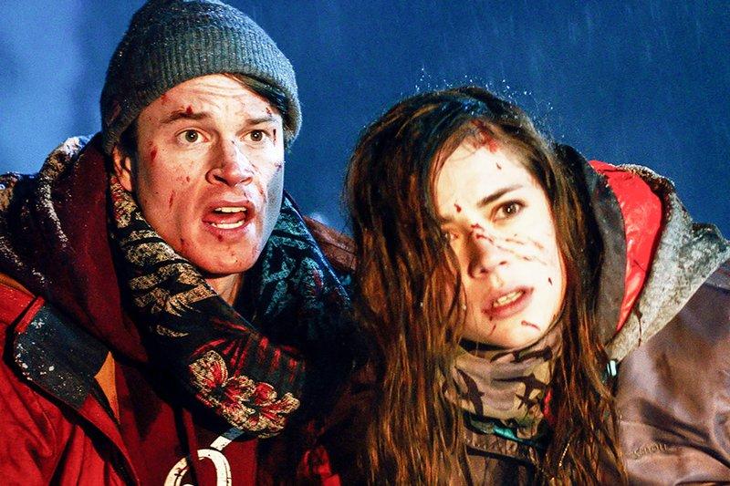 Der professionelle Snowboarder Steve (Laurie Calvert) wurde für einen Werbespot angeheuert, doch bei den Dreharbeiten versagt er und ruiniert die Aufnahmen. Er, seine Freundin Branka (Gabriela Marcinkova) und sein Kumpel Josh werden in den Bergen zurückgelassen. – Bild: Capelight