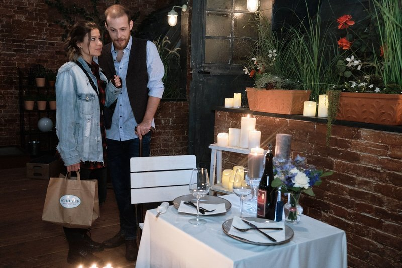 Vivien (Sharon Berlinghoff) begreift nervös, dass Tobias (Patrick Müller) heute Abend mit ihr schlafen will. – Bild: TVNOW / Stefan Behrens