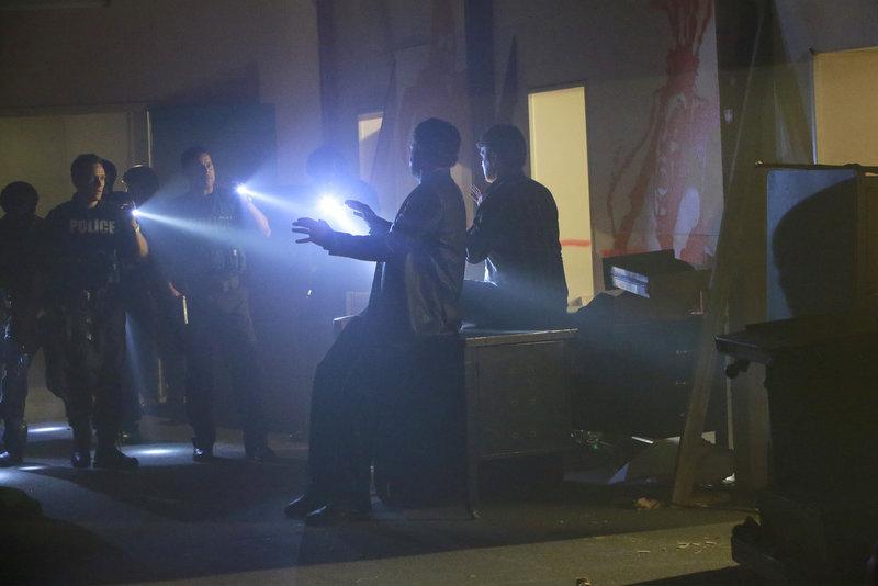 Esposito (Jon Huertas, hinten l.) und Ryan (Seamus Dever, vorne l.) denken, sie sind den Mördern auf der Spur, doch dann treffen sie auf Castle (Nathan Fillion, hinten r.) und Detective Slaughter (Adam Baldwin, vorne r.) ... – Bild: Sat.1