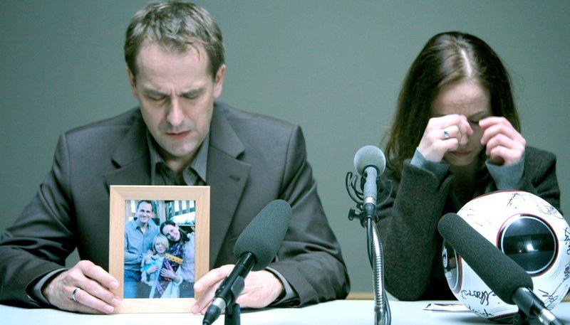 Verzweifelt appellieren Raphael Heine (Stephan Schad) und Anja Heine (Beate Maes) an den Entführer ihres Sohnes, ihn freizulassen. – Bild: MDR/Maranto Films/Gifted Films