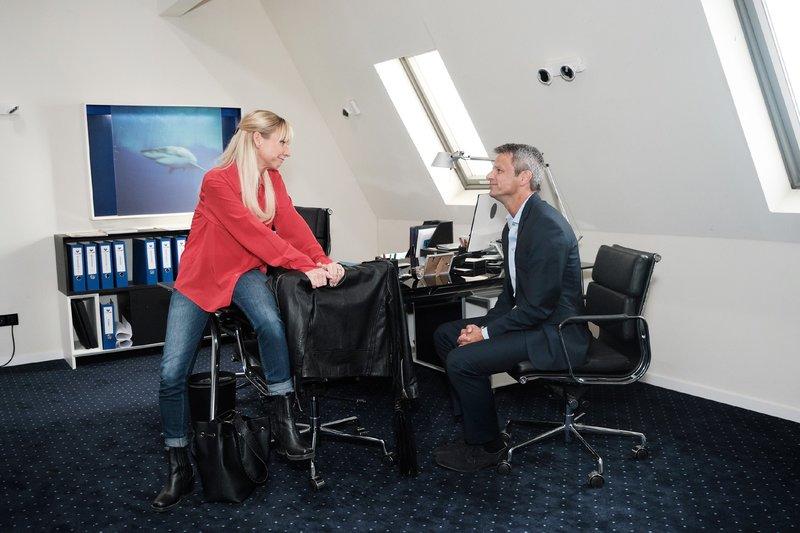 Ute (Isabell Hertel) überrascht Benedikt (Jens Hajek) mit dem Vorschlag, zusammenziehen. Die Verwendung des sendungsbezogenen Materials ist nur mit dem Hinweis und Verlinkung auf TVNOW gestattet. – Bild: TVNOW