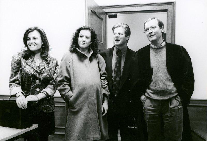 Von links: Samantha Graf (Ulla Pallmann), Trixi Göller (Ilse Matheis), Axel Schwarz (Horst Kummeth) und Richter Wunder (Erich Hallhuber jun.). – Bild: Bayerisches Fernsehen