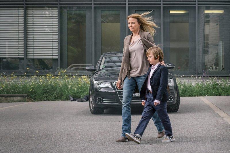 Folge 9: Hochhaus/ Vorplatz: Vera bei Leonhard. – Bild: Hendrik Heiden / © Network Movie/Hendrik Heiden