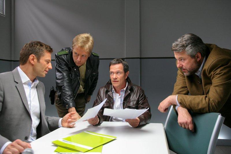 Die Rosenheim-Cops, Sven Hansen (Igor Jeftic, l.), Michael Mohr (Max Müller, 2.v.l.) und Anton Stadler (Dieter Fischer, r.) vermuten, dass Sporthausbesitzer Robert Müller (Michael Schlenger, 2.v.r.) zum Mörder wurde. – Bild: ZDF und Christian A. Rieger - klick