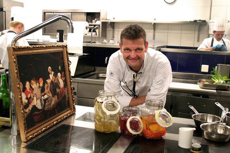 Obwohl Sternekoch Thomas Martin im Jacobs Restaurant am Hamburger Elbufer eher selten Dosenessen verarbeitet, stellte er sich freudig der Herausforderung. – Bild: arte