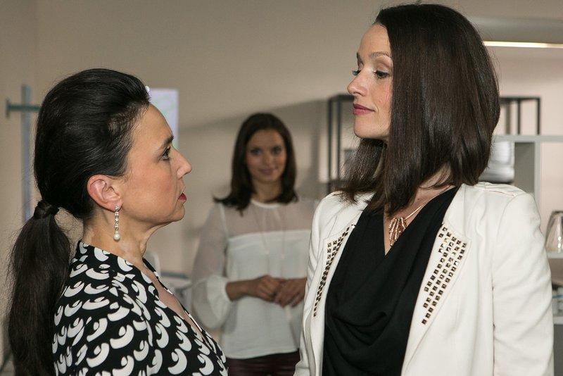 Michelle (Franziska Benz, hinten) bekommt bei einem Gespräch zwischen Simone (Tatjana Clasing, l.) und Jenny (Kaja Schmidt-Tychsen) mit, dass sie mit ihrer Aussage offenbar die Konkurrentin aus dem Weg geräumt hat. – Bild: RTL Passion
