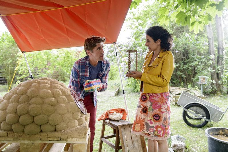 Fritz (Guido Hammesfahr) und Yasemin (Sanam Afrashteh) testen den neuen Ofen für das Brotrezept nach alter persischer Tradition. – Bild: ZDF und Antje Dittmann